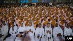 ၂၀၁၇ ေအာက္တိုဘာ ၁၀ ရက္ေန႔ တုန္းက ရန္ကုန္တြင္ ဘာသာေပါင္းစံု ဆုေတာင္းပြဲျပဳလုပ္စဥ္ (AFP)