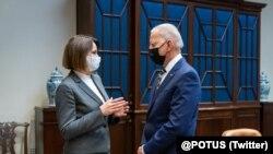 Beloruska opoziciona liderka Svetlana Tihanovskaja razgovara sa američkim predsednikom Džo Bajdenom (Foto: Twitter)