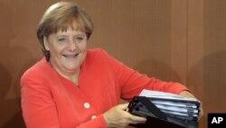 Angela Merkel stize na tjedni sastanak svojeg kabineta, Berlin, 22. kolovoz 2012.