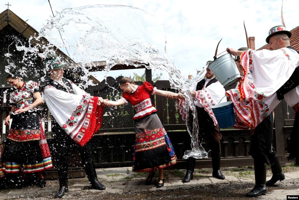 헝가리메죄쾨베슈드(Mezokovesd)에서 부활절을 맞아 남성들이 여성들을 향해 물을 뿌리고 있다.