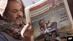 一名埃及男子3月3日在解放广场阅读当天的报纸