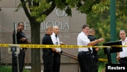 Polisi AS memeriksa lokasi di depan Kedutaan Besar Ethiopia di Washington DC, pasca insiden tanggal 29 September lalu (Foto: dok).