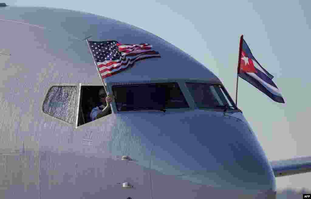 យន្តហោះរបស់ក្រុមហ៊ុនអាកាសចរ American Airlines បង្ហាញទង់ជាតិសហរដ្ឋអាមេរិក និងគុយបា ពេលមកដល់ព្រលានយន្តហោះអន្តរជាតិ Jose Marti International Airport ដែលនេះជាជើងហោះហើរពីក្រុង Miami ទៅកាន់រដ្ឋធានីឡាហាវ៉ាន ក្នុងរយៈពេល ៥០ឆ្នាំមកនេះ ដោយជួនពេលជាមួយនឹងការចាប់ផ្តើមកាន់ទុក្ខអតីតមេដឹកនាំគុយបាលោក Fidel Castro។