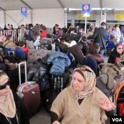 Ribuan penumpang masih terdampar di bandara Kairo menunggu penerbangan untuk keluar dari Mesir (2/2).