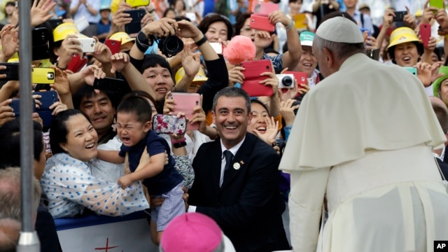 Pope's arrival for the Closing Holy Mass of the 6th Asian Youth Day at Haemi Castle in Haemi, south of Seoul, South Korea, Sunday, Aug. 17, 2014.