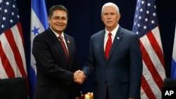 El presidente de Honduras, Juan Orlando Hernández (izquierda), dijo haber solicitado al vicepresidente Mike Pence la extensión del TPS para los hondureños.