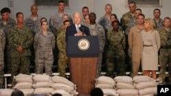 AQSh Vitse-prezidenti Jo Bayden Abu-Dabi yaqinidagi Al-Dafra aviabazasida amerikalik askarlar bilan uchrashmoqda, 7-mart, 2016-yil