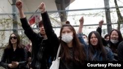 Warga keturunan Asia melakukan aksi protes atas pembunuhan seorang pria Tionghoa oleh polisi di Paris, Selasa (28/3).