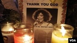Lilin dinyalakan di depan gereja New Hope Baptist di Newark, New Jersey, di mana Whitney menjadi penyanyi gereja saat remaja (18/2).