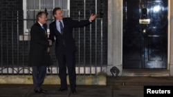 British Prime Minister David Cameron (R) and European Council President Donald Tusk are seen at the entrance of Downing Street in London, Britain, Jan. 31, 2016.