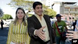 Kandida Pati Aksyon Sivik la (PAC) Carlos Alvarado, ki tap bay yon patizan lamen anvan li t al depoze bilten li nan San José nan eleksyon 4 fevriye 2018 la.