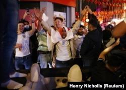 Fans berkumpul untuk laga Inggris vs Denmark di London, Inggris, 7 Juli 2021. (Foto: REUTERS/Henry Nicholls)
