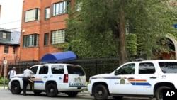ماشین های پلیس کنار سفارت ایران در اتاوا. مدتهاست ایران و کانادا رابطه دیپلماتیک خود را تنزل داده اند.