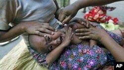 緬甸一位感染了瘧疾的克欽族儿童在接受治療(資料照片)