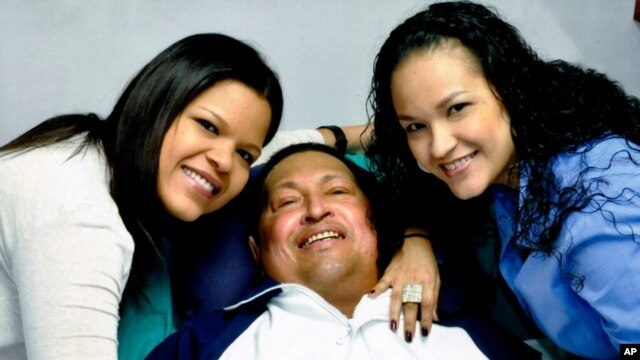 Presiden Venezuela Hugo Chavez didampingi oleh kedua puterinya (14/2). Chavez masih menjalani pemulihan dari operasi kanker di Havana, Kuba.