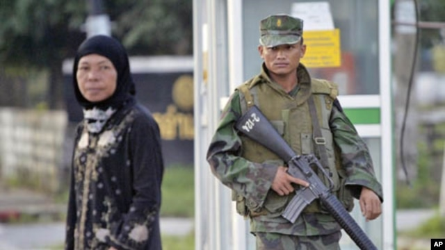 A Thai soldier looks on as a Muslim woman crosses the street in Bacho, a city in southern Thailand, where a violent insurgency in the Muslim-dominated region has been simmering since 2004. (File)