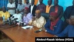 Des leaders de l'opposition lors d'une déclaration publique à Niamey, le 1er juillet 2020. (VOA/Abdoul-Razak Idrissa)