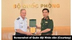 Tư lệnh Không quân Mỹ David L. Goldfein (trái) nhận quà lưu niệm từ Thứ trưởng Bộ Quốc phòng Phan Van Giang tại Hà Nội hôm 19/8. (Ảnh chụp màn hình Quân đội Nhân dân)