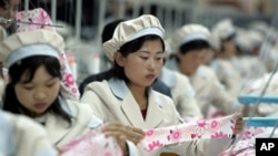 개성공단에서 작업중인 북한 근로자