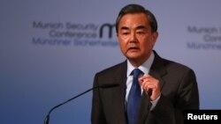 왕이 중국 외교부장이 17일 독일에서 진행된 제53차 뮌헨 안전보장회의에서 연설하고 있다.