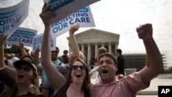 Những người ủng hộ dự luật cải cách bảo hiểm y tế của Tổng thống Obama ăn mừng sau phán quyết của Tòa án Tối cao tại Washington, ngày 28/6/2012