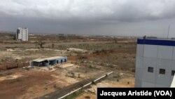 """Vue générale du gigantesque chantier de la """"ville nouvelle"""" de Diamniadio, Sénégal, 8 août 2018. (VOA/Jacques Aristide)"""