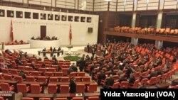 TBMM, AKP–MHP'nin oylarıyla son üç yıldır devam eden olağanüstü hal uygulanmasının bir yıl daha devamı yönünde karar aldı