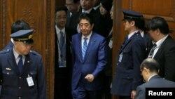 아베 신조 일본 총리가 11일 중의원 예산심의위원회에 참석하고 있다.