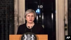 លោកស្រី Theresa May នាយករដ្ឋមន្ត្រីចក្រភពអង់គ្លេសថ្លែងសេចក្តីថ្លែងការណ៍ទៅកាន់សារព័ត៌មាននៅខាងក្រៅវិមាន 10 Downing ក្នុងក្រុងឡុងដ៍ កាលពីថ្ងៃទី២២ ខែមីនា ឆ្នាំ២០១៧ បន្ទាប់ពីការវាយប្រហារនៅក្នុងតំបន់ Westminster កាលពីថ្ងៃពុធ។