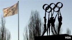 Lambang cincin Olimpiade terlihat di depan markas Komite Olimpiade Internasional (IOC) di Lausanne, Swiss. Dewan Eksekutif IOC memutuskan untuk menangguhkan keanggotaan Ghana hari Kamis (13/1).
