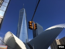 "Next to location of the original World Trade Center towers, New York's ""One World Trade Center"" stands at 541 meters — the tallest building in the United States, New York, Sept. 11, 2016. (Photo: G. Tobías/VOA)"