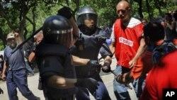 Para pekerja tambang Spanyol yang terancam kehilangan pekerjaan, bentrok dengan polisi dalam protes di Madrid (31/5).