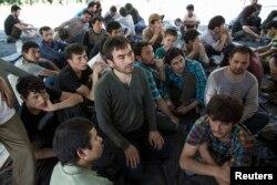 Khoảng 200 nghi phạm người Uighurs ở Tân Cương ở trong một khu vực tạm thời sau khi bị bắt giữ tại trụ sở nhập cảnh khu vực gần biên giới Thái Lan-Malaysia ở Songkla, 14/3/2014