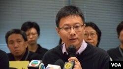 公民黨立法會議員陳家洛表示,基本法教材是一份政治文宣,灌輸黨國思想。(美國之音湯惠芸拍攝)