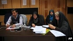 Des journalistes iraniens attendent l'annonce des résultats des élections législatives et de l'Assemblée des experts au ministère de l'Intérieur, à Téhéran, en Iran, le 27 février 2016. (AP Photo / Vahid Salemi)