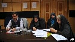 2月27日伊朗媒體正等候選舉結果。