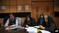 伊朗记者在德黑兰内政部等候议会选举与专家会议选举的结果。(2016年2月27日)