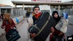 2016年12月18日,一个叙利亚家庭边境关口进入土耳其南部。