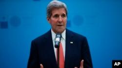 Menlu AS John Kerry tiba di Beijing hari Sabtu, 16/5 (foto: dok).