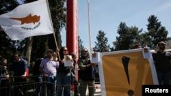 Lefkoşa'da kurtarma paketini protesto eden Rum göstericiler