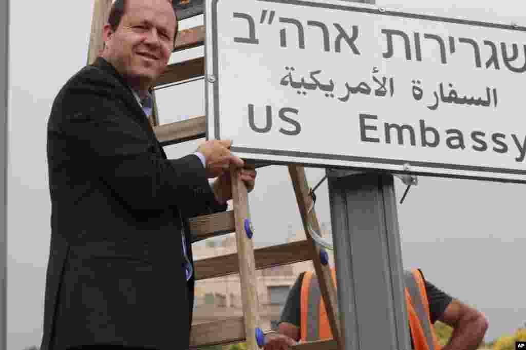 شهردار اورشلیم با یک تابلوی جدید «به سمت سفارت آمریکا» در اورشلیم عکس می گیرد. بعد از تصمیم پرزیدنت ترامپ، قرار است کنسولگری آمریکا در اورشلیم به سفارت تبدیل شود.