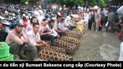 Người bán gia cầm ở 1 chợ ở Yên Ninh, Việt Nam. - Ảnh do tiến sỹ Sumeet Saksena cung cấp