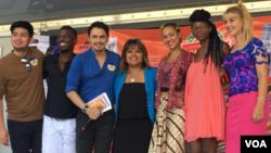 Promotor musik Rissa Asnan (tengah) dan para penyanyi Dangdut In America. (foto: VOA).