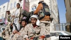 Pemberontak Syiah Houthi melakukan patroli di Sanaa, Yaman yang kini dikuasai sepenuhnya oleh mereka.