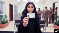 سعودی عرب میں ڈرائیونگ لائسنس حاصل کرنے والی پہلی خاتون اسرا البوتی۔ 4 جون 2018