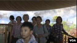 북한이 캄보디아의 앙코르와트 사원 인근에 건립한 '앙코르 파노라마 박물관' 내부를 관람객들이 둘러보고 있다.