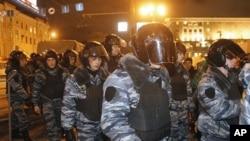 俄罗斯警察12月6日进入莫斯科民众抗议议会选举舞弊的一个街头广场