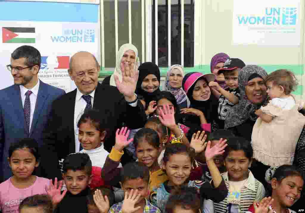 عکس یادگاری«ژان ایو لودریان» وزیر امور خارجه فرانسه با کودکان پناهجو سوری در جریان سفرش به اردن