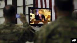 Soldados estadounidenses de la base de Bagram en Afganistán siguen con atención el discurso del presidente Obama.