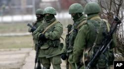 2일 우크라이나 크림반도의 프리볼노예의 군 기지 주변에서 군인들이 경계 근무를 서고 있다. 크림반도에서는 러시아의 파병으로 일촉즉발의 긴장이 고조되고 있습니다.